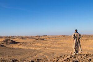 Mann in der arabischen Wüste